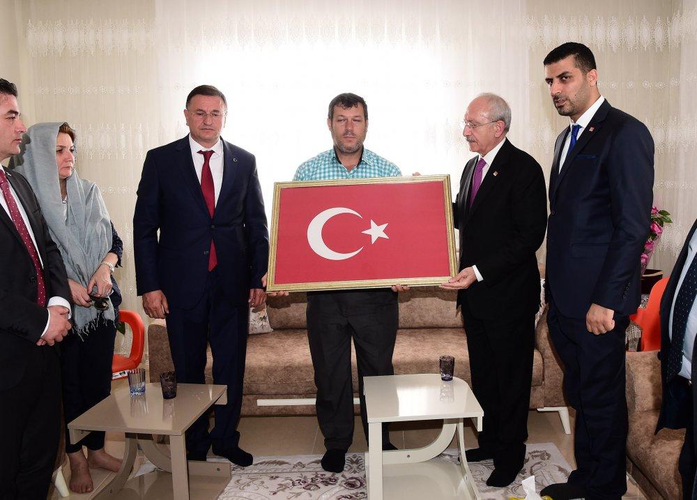Kılıçdaroğlu, düşen bombalar sonucunda şehit olan Fatma Avlar'ın ailesini ziyaret etti