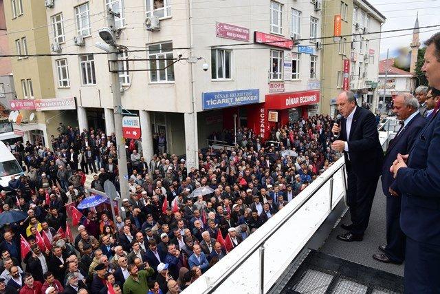 Muharrem İnce Afyonun Dinar ilçesinde kendisini karşılayan vatandaşları selamladı