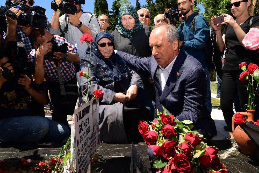 Muharrem İnce, Soma'da 301 madencinin mezarlarını ziyaret ederek çiçek bıraktı