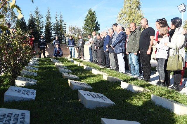 Kılıçdaroğlu, Dumlupınar Şehitliğini ziyaret etti