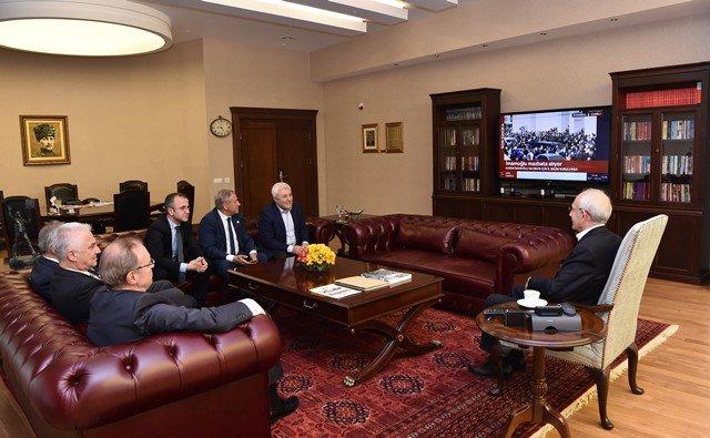 Kılıçdaroğlu, İmamoğlu'nun mazbata törenini kurmaylarıyla birlikte izledi