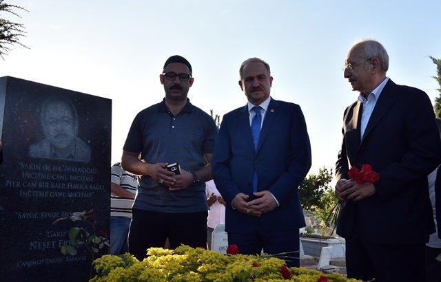 Kılıçdaroğlu, halk ozanı Neşet Ertaş'ın mezarını ziyaret etti
