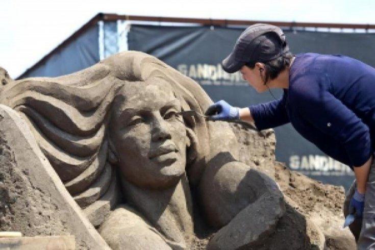 Kum heykeller şekilleniyor