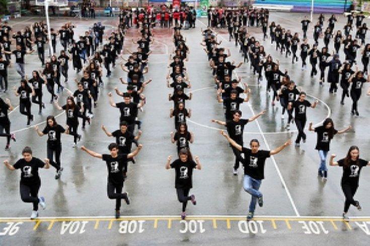 300 öğrenci yağmur altında harmandalı oynadı