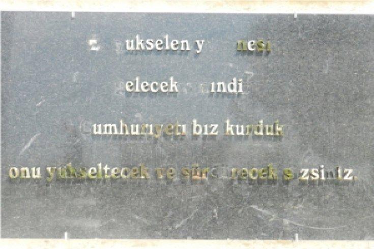 Atatürk Anıtı'nın Yazıları Söküldü