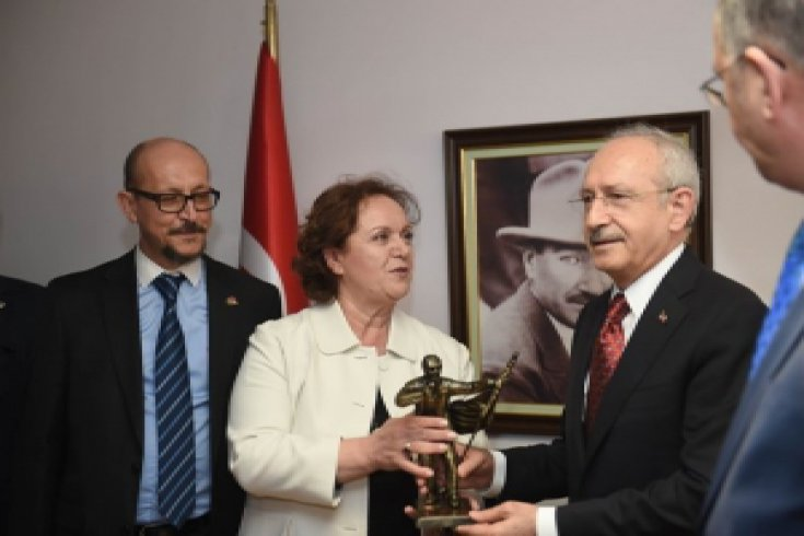 Başkanı Kemal Kılıçdaroğlu, İzmir Gazeteciler Cemiyetini ziyaret etti