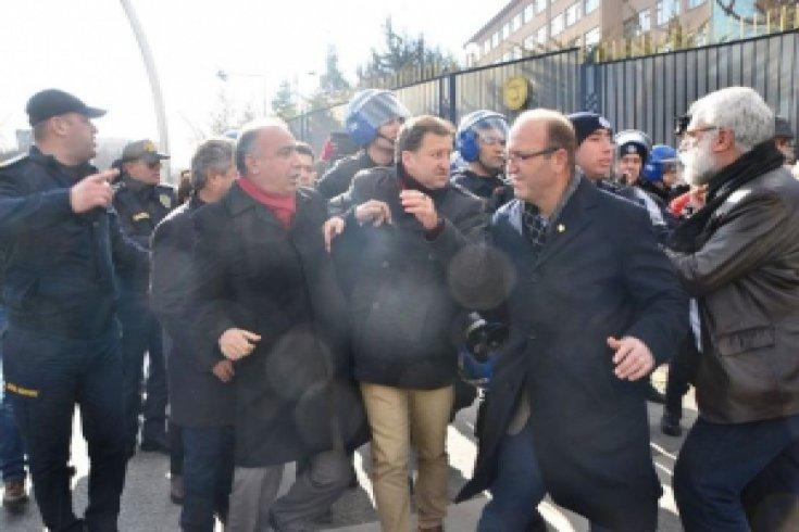Birleşik Kamu-İş'in bordro yakma eylemine polis müdahalesi