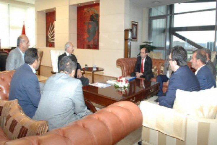 CHP Genel Başkanı Kemal Kılıçdaroğlu, Anadolu Köy Korucuları ve Şehit Aileleri Konfederasyonu Başkanı ve Yönetim Kurulu Üyeleri'ni kabul etti.