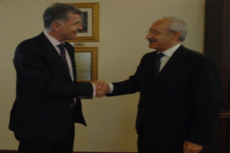 Kılıçdaroğlu, İngiltere Büyükelçisi Richard Moore'u Genel Merkez'deki makamında kabul etti.