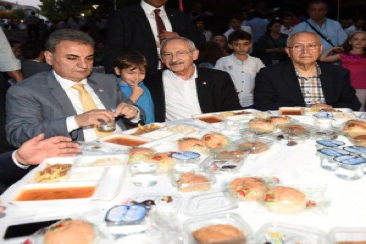 Kemal Kılıçdaroğlu, Ankara Yenimahalle Ragıp Tüzün Parkı'ndaki iftar programına katıldı, iftarını binlerce Yenimahalleli ile açtı.