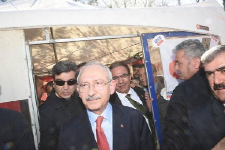 Kılıçdaroğlu, 'evet' çadırını ziyaret etti