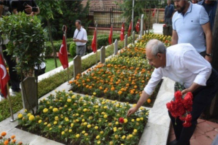 Kılıçdaroğlu, İlk Kadın Belediye Başkanı Leyla Atakan'ın mezarını ziyaret etti
