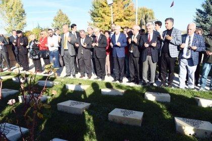 Kılıçdaroğlu, Dumlupınar Şehitliğini ziyaret etti.