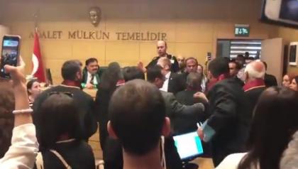 Avukatın etek boyunu kısa bularak hakkında tutanak tutturan hakime protesto
