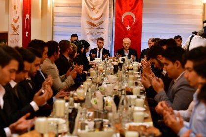 CHP Lideri Kılıçdaroğlu, Genç İmam Hatipliler Derneği üyeleriyle iftarda bir araya geldi