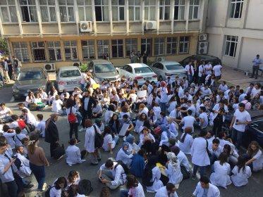 Çapa'da deprem sonrası meydana gelen hasar nedeniyle öğrenciler oturma eylemi başlattı