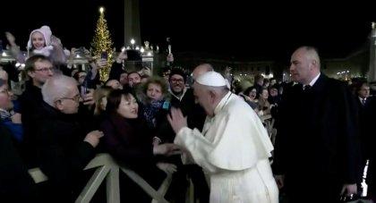 Papa, elini bırakmayan kadının eline vurdu
