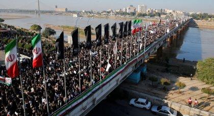 Kasım Süleymani'nin cenazesi İran'a getirildi: On binlerce İranlı, komutan için düzenlenen törende