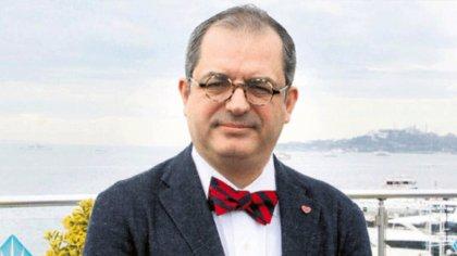 Katıldığı canlı yayınında reklam arasında Koç Üniversitesi'ndeki görevinden kovulduğunu söyleyen profesöre yalanlama