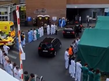 Brüksel'de sağlık çalışanları, hastaneyi ziyarete gelen başbakanı sırtlarını dönerek protesto etti