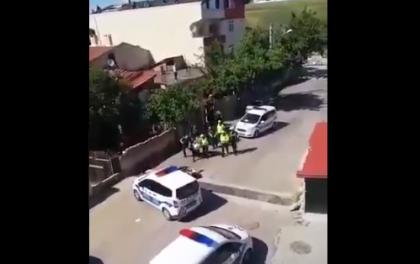 Çorlu'da polis evinin bahçesinde oturan kişileri darbetti