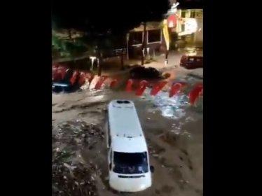 Giresun, Dereli'de Akkaya Deresi taştı, sel araçları sürükledi