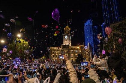 Yılbaşını Dünya evde Wuhan sokakta kutluyor