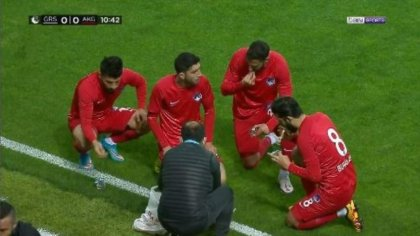 Futbolcular sakatlık molasında iftar yaptı