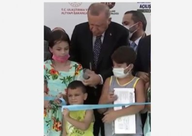 Erdoğan, kurdeleyi izinsiz kesen çocuğun kafasına vurdu