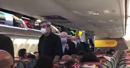 Kılıçdaroğlu uçakta yurttaşlarla birlikte seyahat etti