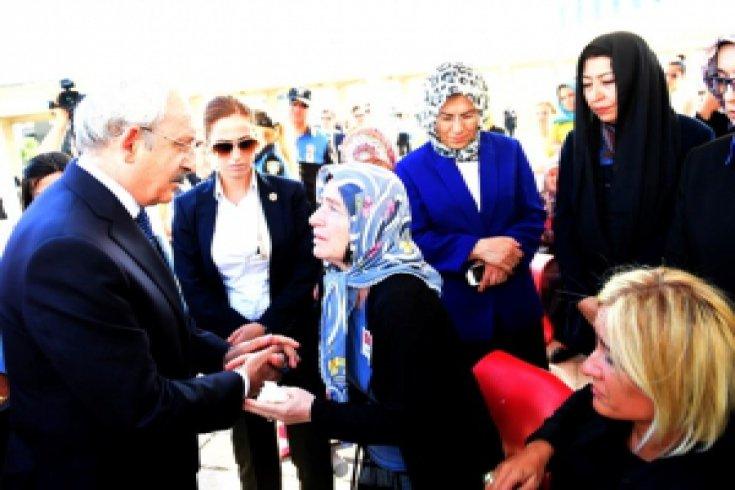 Kılıçdaroğlu, Şehit Polis Memuru Tanju Sakarya için düzenlenen cenaze törenine katıldı.