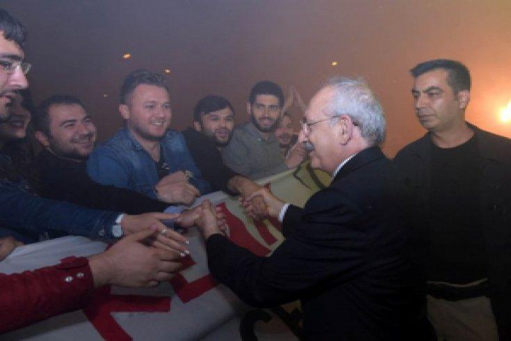 Kılıçdaroğlu, Giresun'da CHP'li gençler tarafından çoşkuyla karşılandı