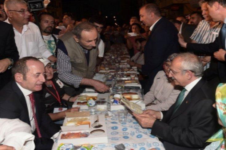 Kılıçdaroğlu, Ümraniye İlçe Örgütü'nün düzenlediği sokak iftarına katıldı