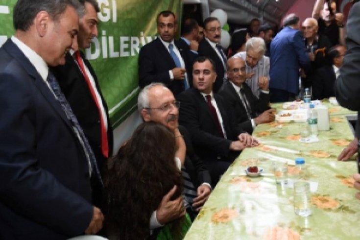 Kemal Kılıçdaroğlu, Çankaya Belediyesi tarafından Cebeci Mahallesinde kurulan iftar çadırını ziyaret etti