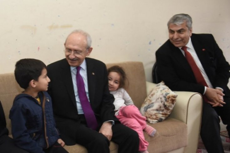 Kemal Kılıçdaroğlu, İstanbul Kağıthane Telsizler semtinde yaşayan İlköğretim 2. sınıf öğrencisi Ali semih Kıllı'nın mektubu üzerine Kıllı ailesini ziyaret etti
