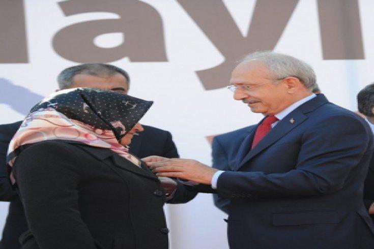 Kılıçdaroğlu, CHP Kağıthane İlçe Başkanlığı tarafından düzenlenen toplu katılım töreninde rozet taktı