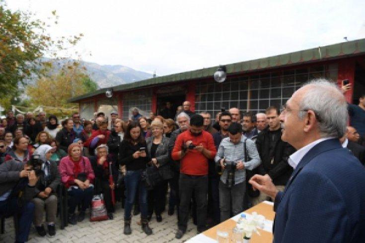 Kılıçdaroğlu, Finike'de sel ve hortum felaketinden etkilenen vatandaşları ziyaret etti