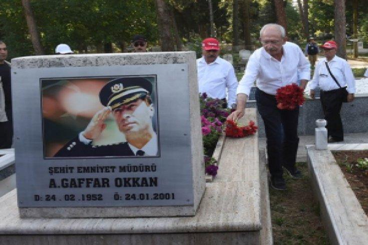 Kılıçdaroğlu Gaffar Okkan'ın mezarını ziyaret etti
