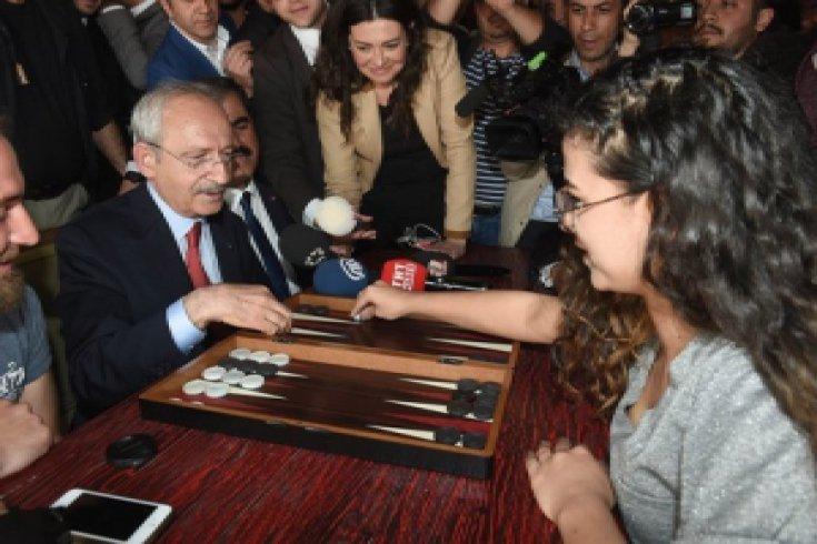 Kılıçdaroğlu, Gaziantep'te gençlerin yoğun olarak gittiği bir kafeyi ziyaret etti