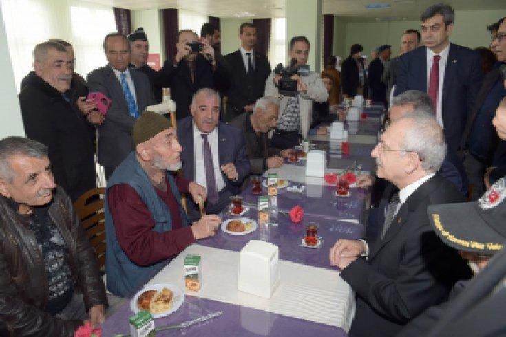 Kılıçdaroğlu, Huzurevi ziyaret etti