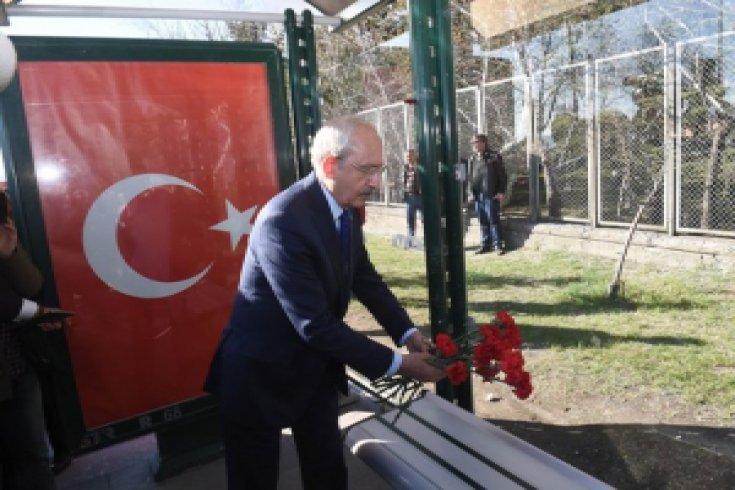 Kılıçdaroğlu, Kayseri'de şehit düşen askerlerin anısına Şehitler Durağı'na karanfil bıraktı