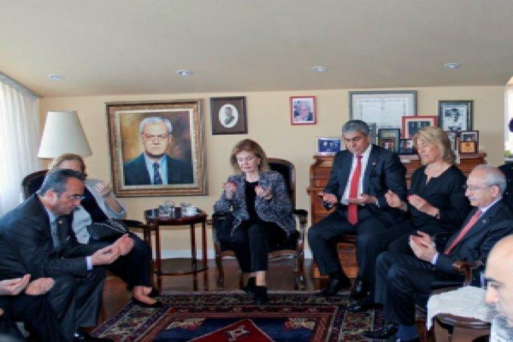 Kılıçdaroğlu, vefat eden eski YÖK Başkanı Erdoğan Teziç'in ailesine taziye ziyaretinde bulundu