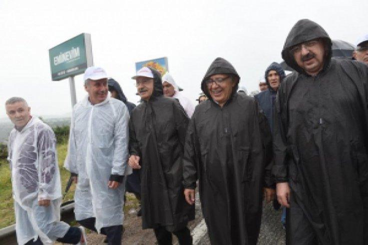 Yağmur altında Adalet Yürüyüşü