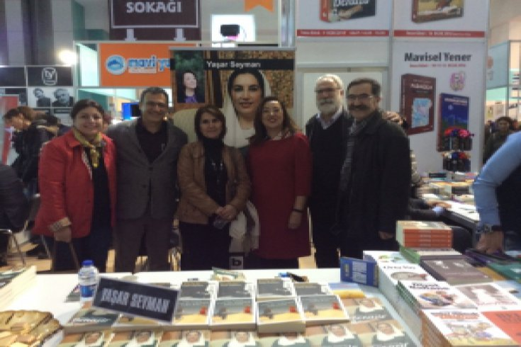 Yaşar Seyman Ankara Kitap Fuarında 'Benazir'ı imzaladı