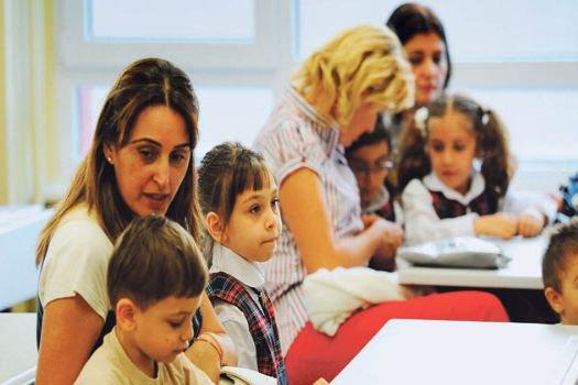 Okula yeni başlayan çocuğu kademeli olarak yalnız bırakın