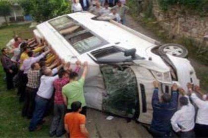 Kaçakları taşıyan minibüs devrildi: 3 ölü, 9 yaralı