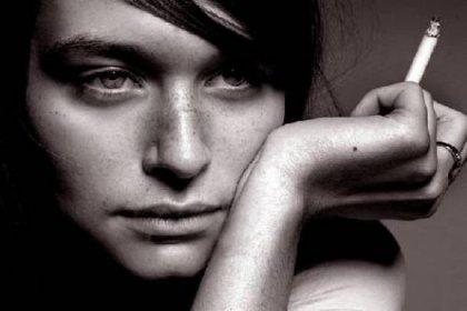 Kadınlar sigarayı daha zor bırakıyor