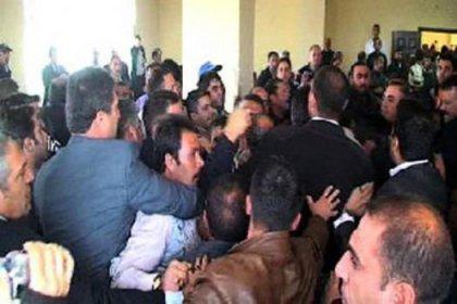 İşçiler belediye meclisini bastı!