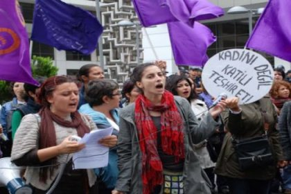 Kadına şiddete kefenli protesto