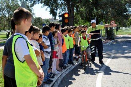 Çocuklara okulunda trafik eğitimi
